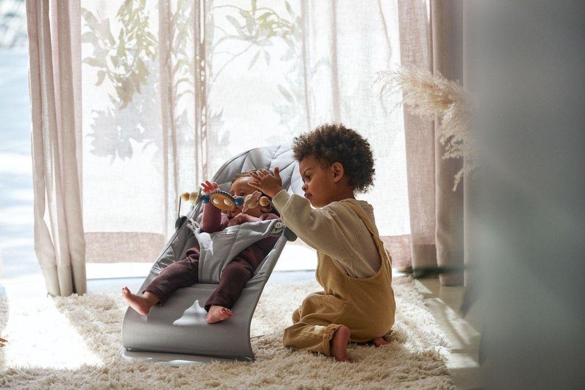 BABYBJÖRN BABYBJÖRN Wipstoeltje Bliss Lichtgrijs frame Lichtgrijs Cotton Kroonblad quilt incl Speelgoed Ondeugende oogjes Pastel