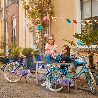 Meisjes fietsen