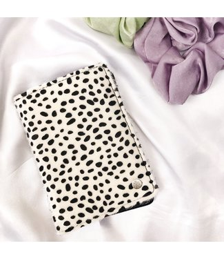 Kenzie Cheetah Passport Cover / White