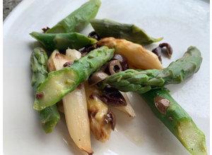 Geroosterde groene en witte asperges/Ligurische olijf