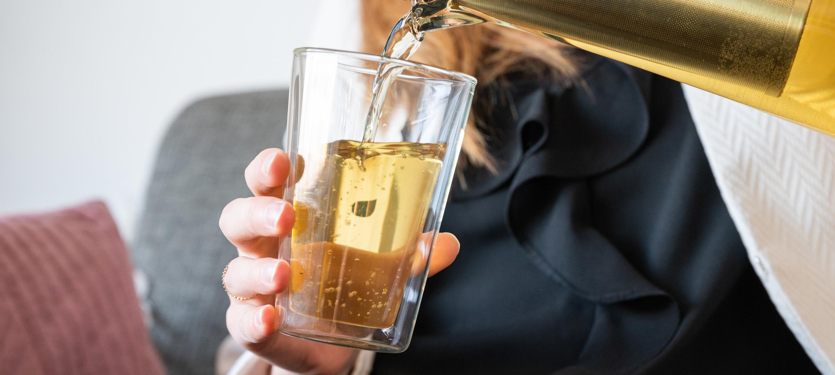 Vocht afdrijven met vochtafdrijvende thee? Eerst aanvullen!