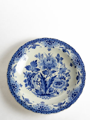 Tabakshistorisch Museum Delftware plate with flowers