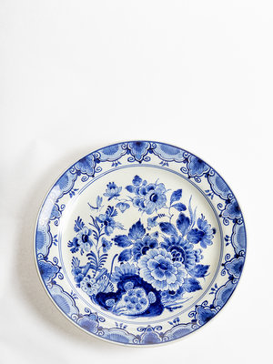 Tabakshistorisch Museum Delftware plate with flowers and insects