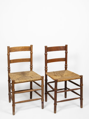 Verhalenwerf Set of two wooden chairs