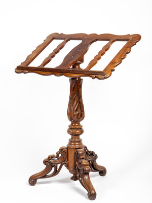 Bijbels Museum Wooden lectern with woodcarving