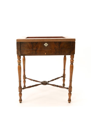 Verhalenwerf Antique French mahogany table