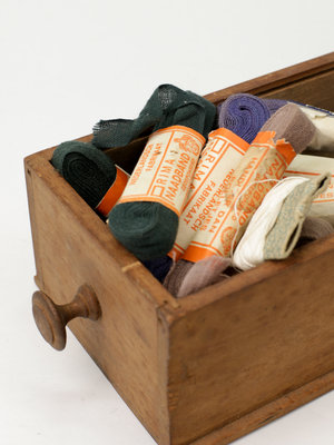 Verhalenwerf Wooden drawer with sewing supplies