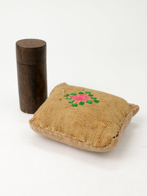 Verhalenwerf Jute pincushion with wooden box with pins