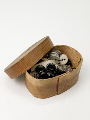 Verhalenwerf Wooden box with antique buttons