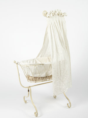 Verhalenwerf Antique doll crib