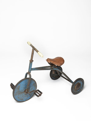 Verhalenwerf Antique tricycle