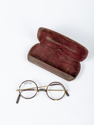 Verhalenwerf Spectacles with case
