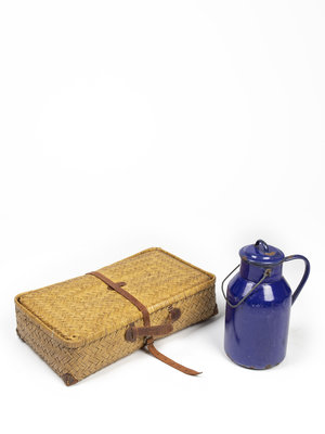 Haarlemmermeermuseum De Cruquius Set of antique travel suitcase and milk jug