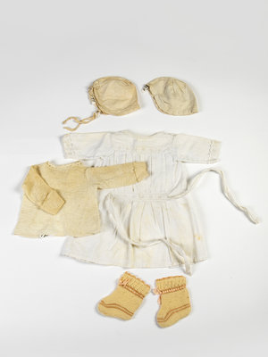 Verhalenwerf Set of antique baby clothes