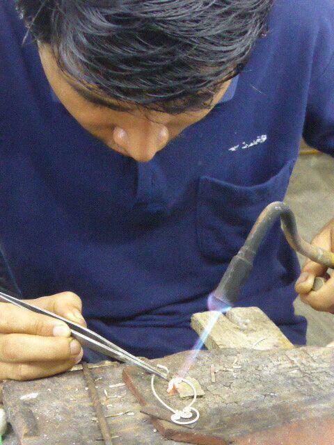 Zilversmid Bali aan het werk