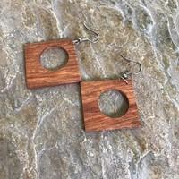 Oorbellen, model BRUIN VIERKANT, hout, Eigen Collectie