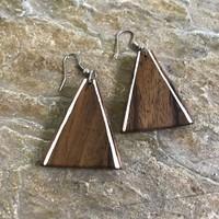 Oorbellen, model DRIEHOEK LIJNTJE, hout, Eigen Collectie