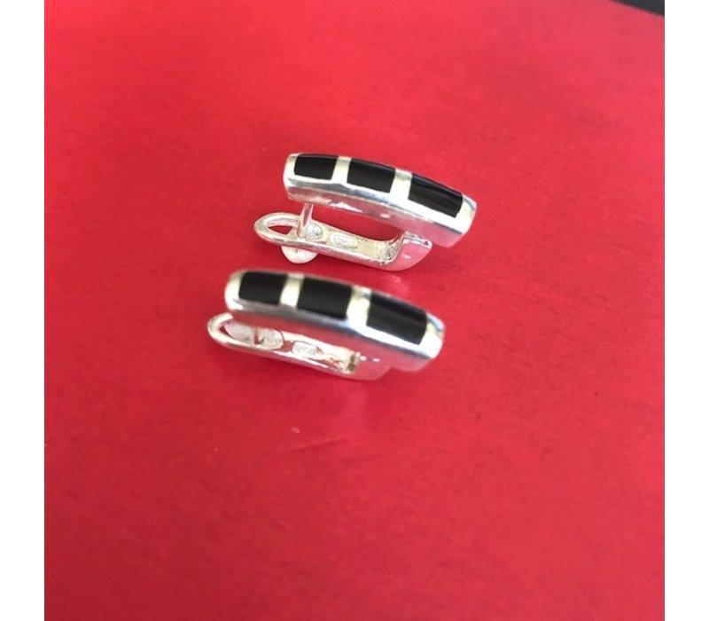 Oorbellen, model DRIEVLAKS ONYX, zilver, Eigen Collectie