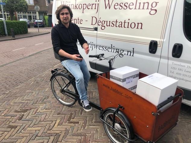 Thomas van Wijnkoperij Wesseling op de bezorgfiets