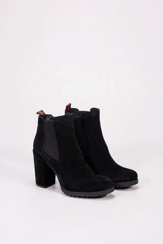 Darela black