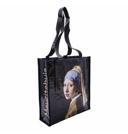 Shopper Girl with a Pearl Earring