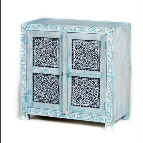 Laag kastje met houtsnijwerk en mozaïek blue wash