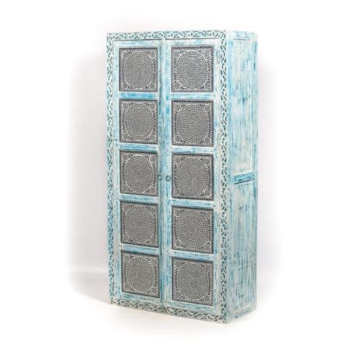 Hoge kast met houtsnijwerk en mozaïek blue wash