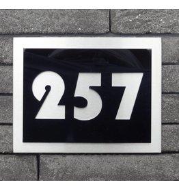 Huisnummer zwarte acryl op RVS