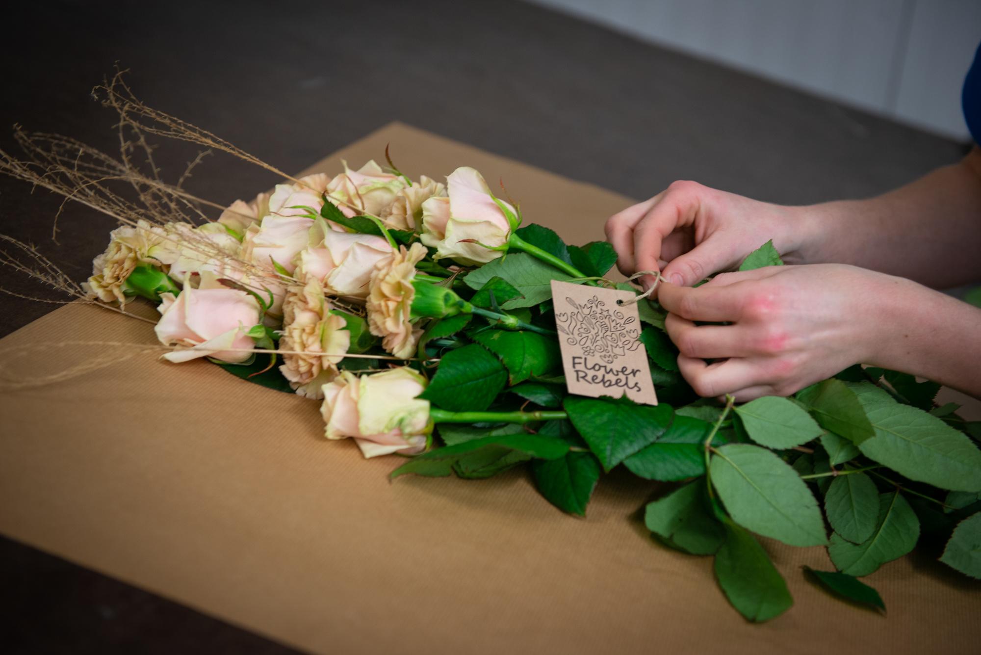Bloemen worden ingepakt