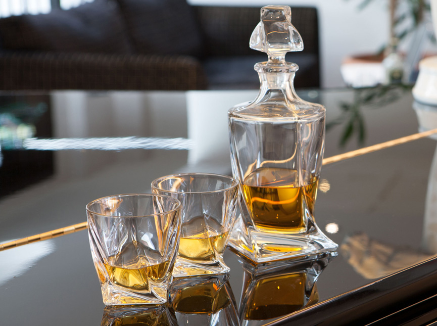 Twist whiskey set of two glasses and decanter
