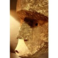 Houten masker in sobere tinten op standaard