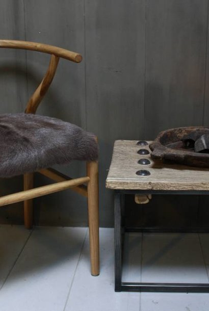 *Verkocht Houten stoel met geitenvacht Bruin