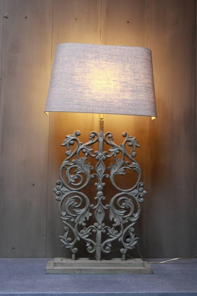 Staande ijzeren lamp met grijze linnen kap-1
