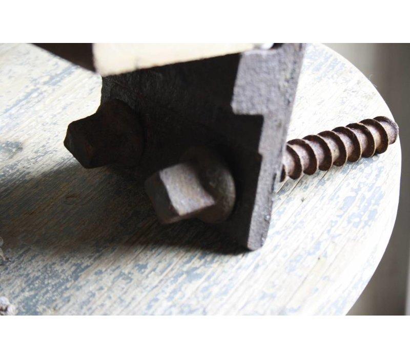 Geroest spoorijzer met oud houten plankje 37 cm