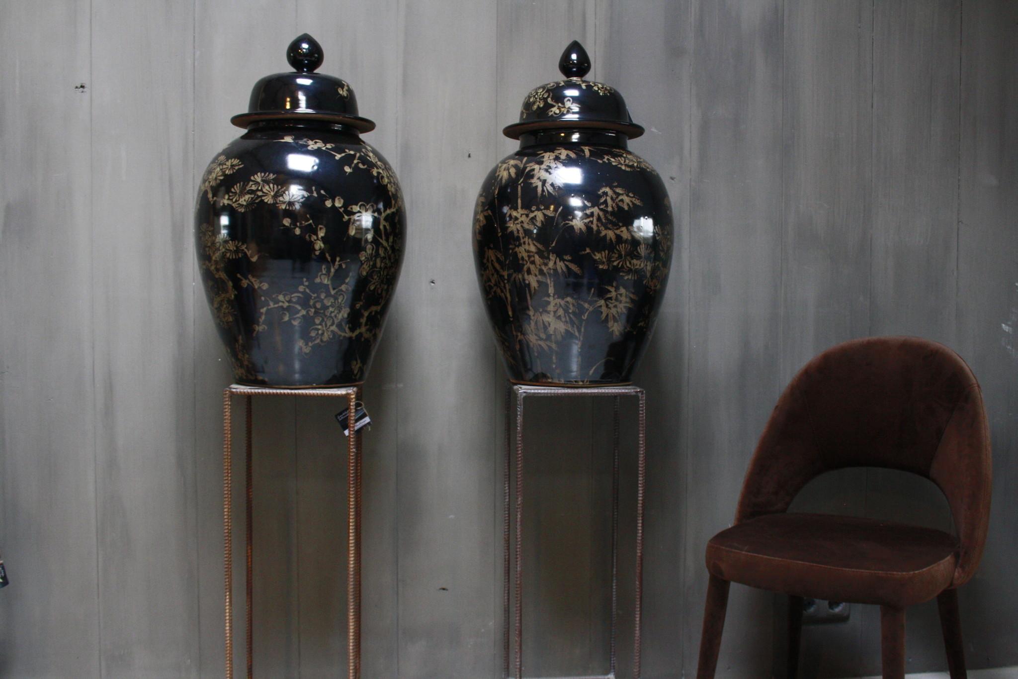 Hand beschilderde porseleinen Ralph Lauren vaas in zwart-goud 70 cm-1