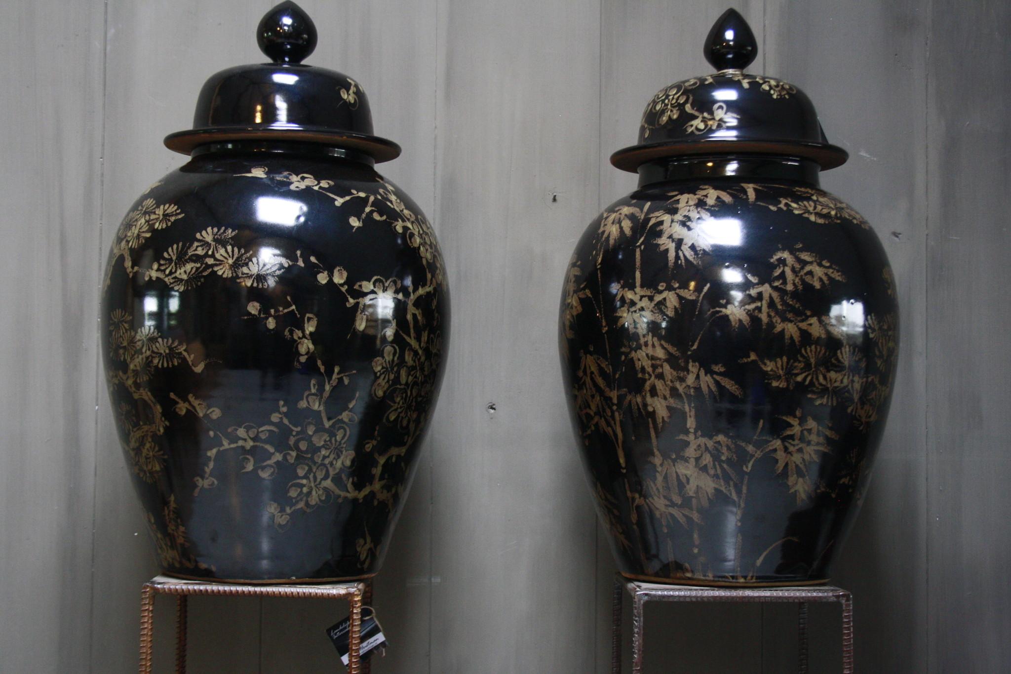 Hand beschilderde porseleinen Ralph Lauren vaas in zwart-goud 70 cm-3