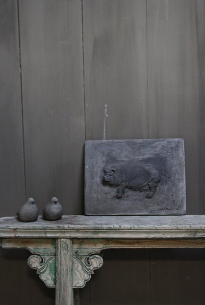 *Verkocht Wandpaneel/lijst Aura Peeperkorn beton met varken 36 cm