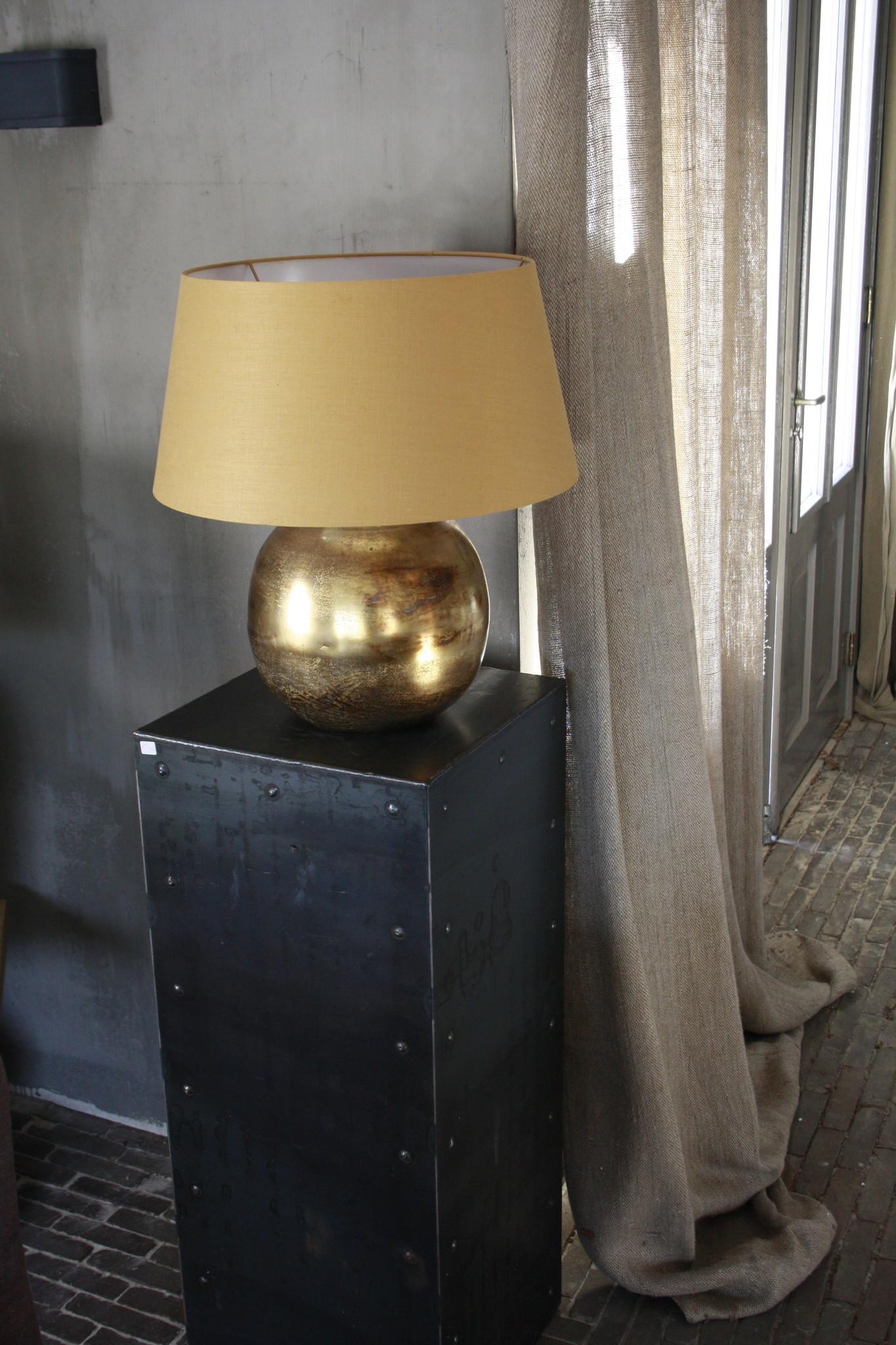 Goudkleurige tafellamp met warmkleurige kap 55 cm-1