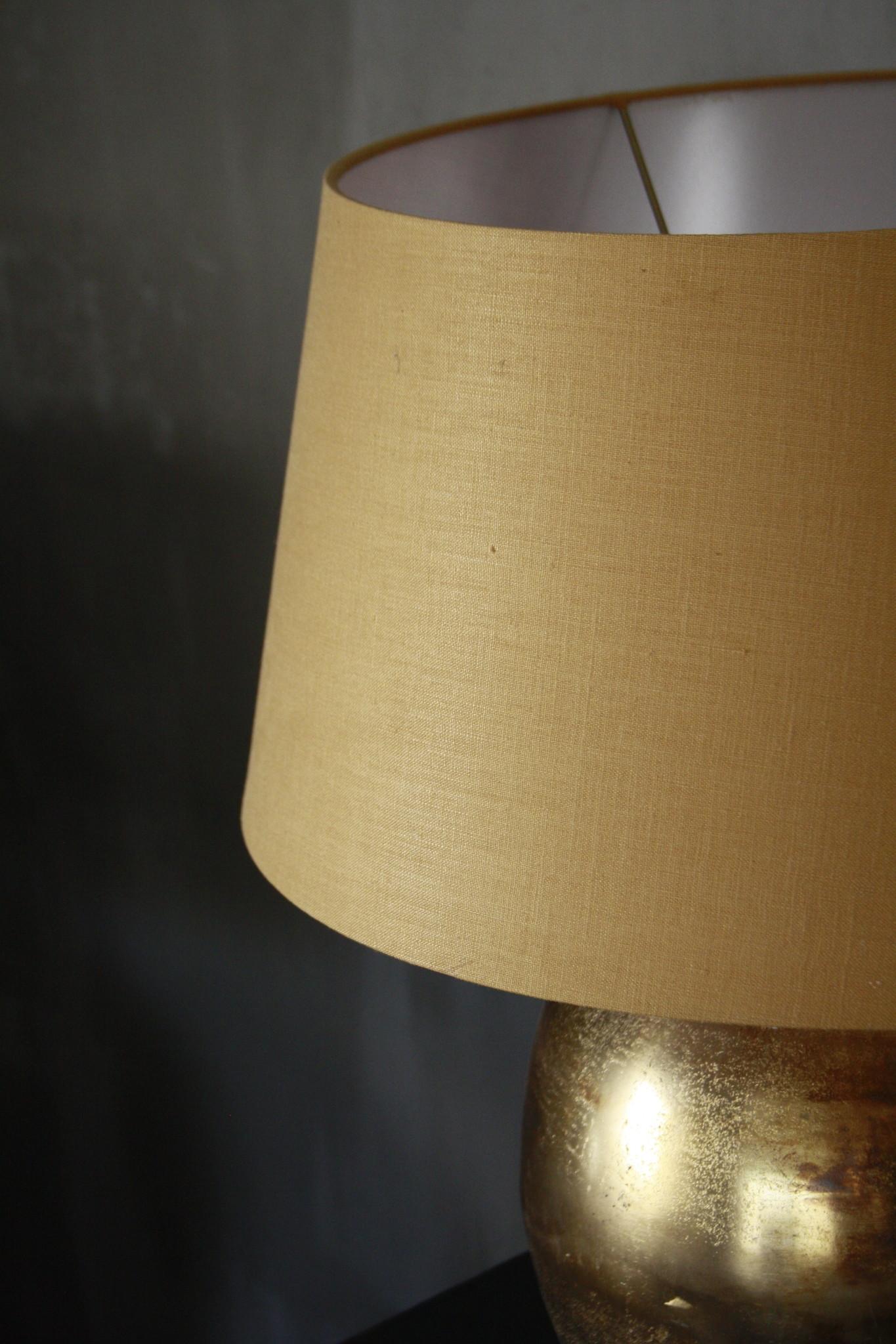 Goudkleurige tafellamp met warmkleurige kap 55 cm-4
