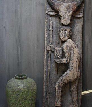 Oud houten Indisch paneel man + koe 186 x 60 x 20 cm -