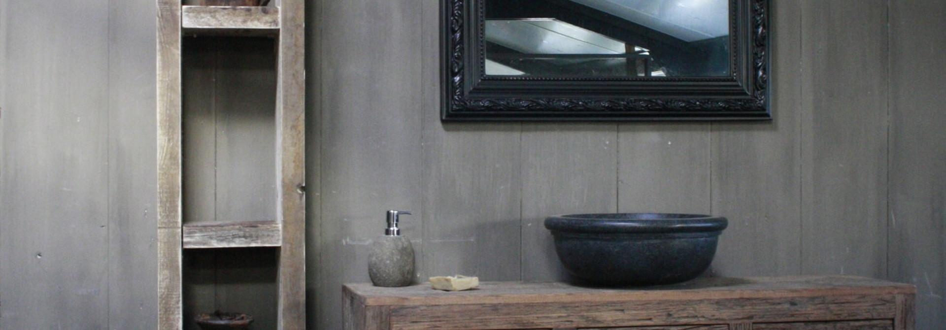 Metalen, houten en glazen spiegels.