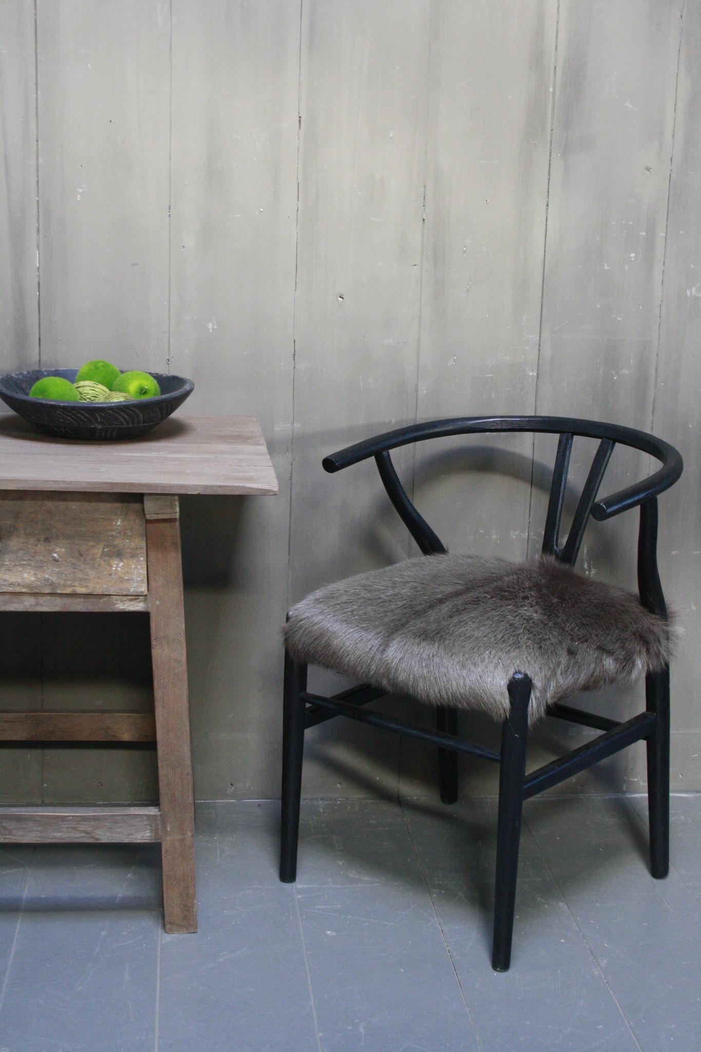 Houten stoel met geitenvacht Donker-4