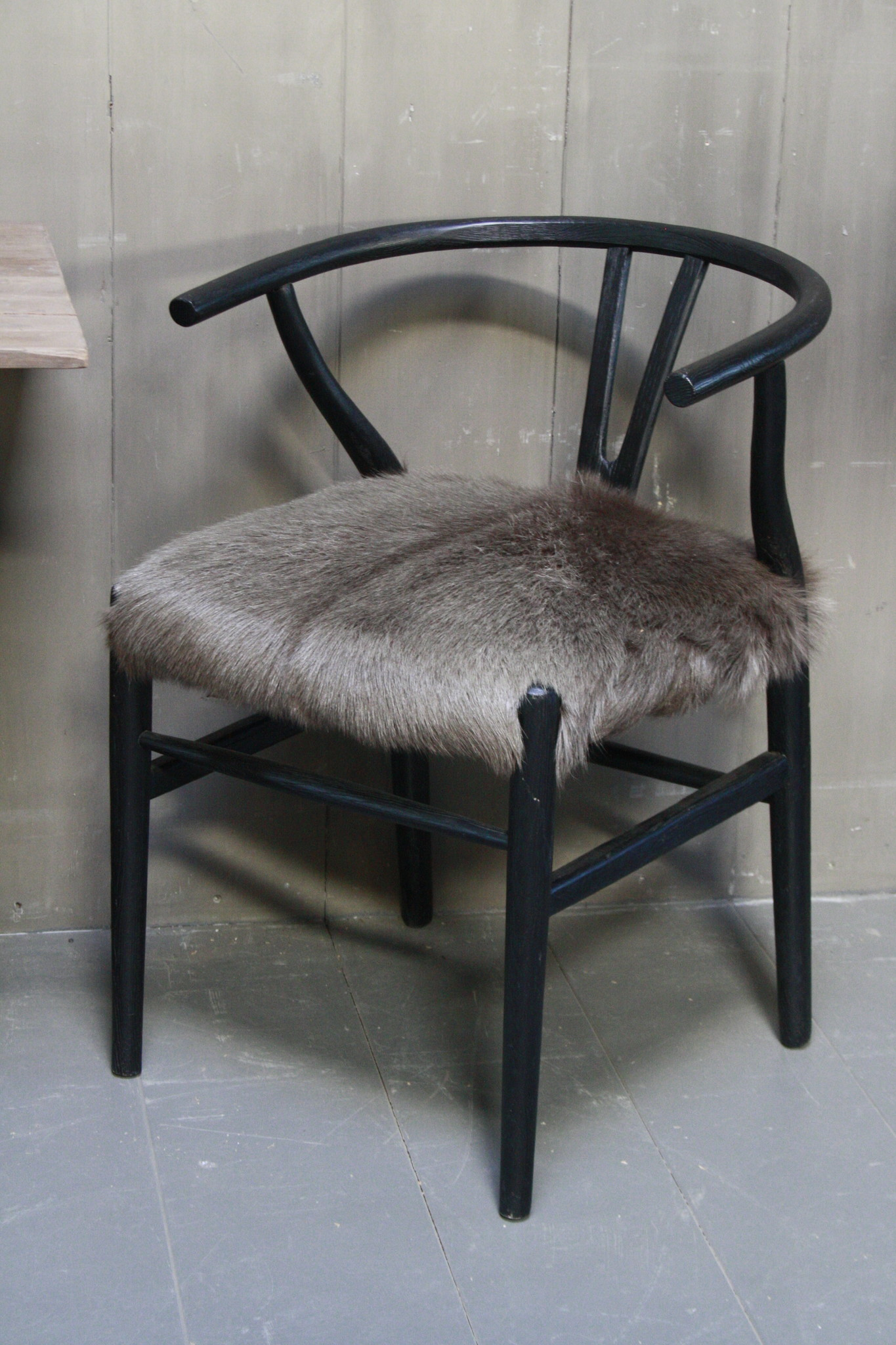 Houten stoel met geitenvacht Donker-2