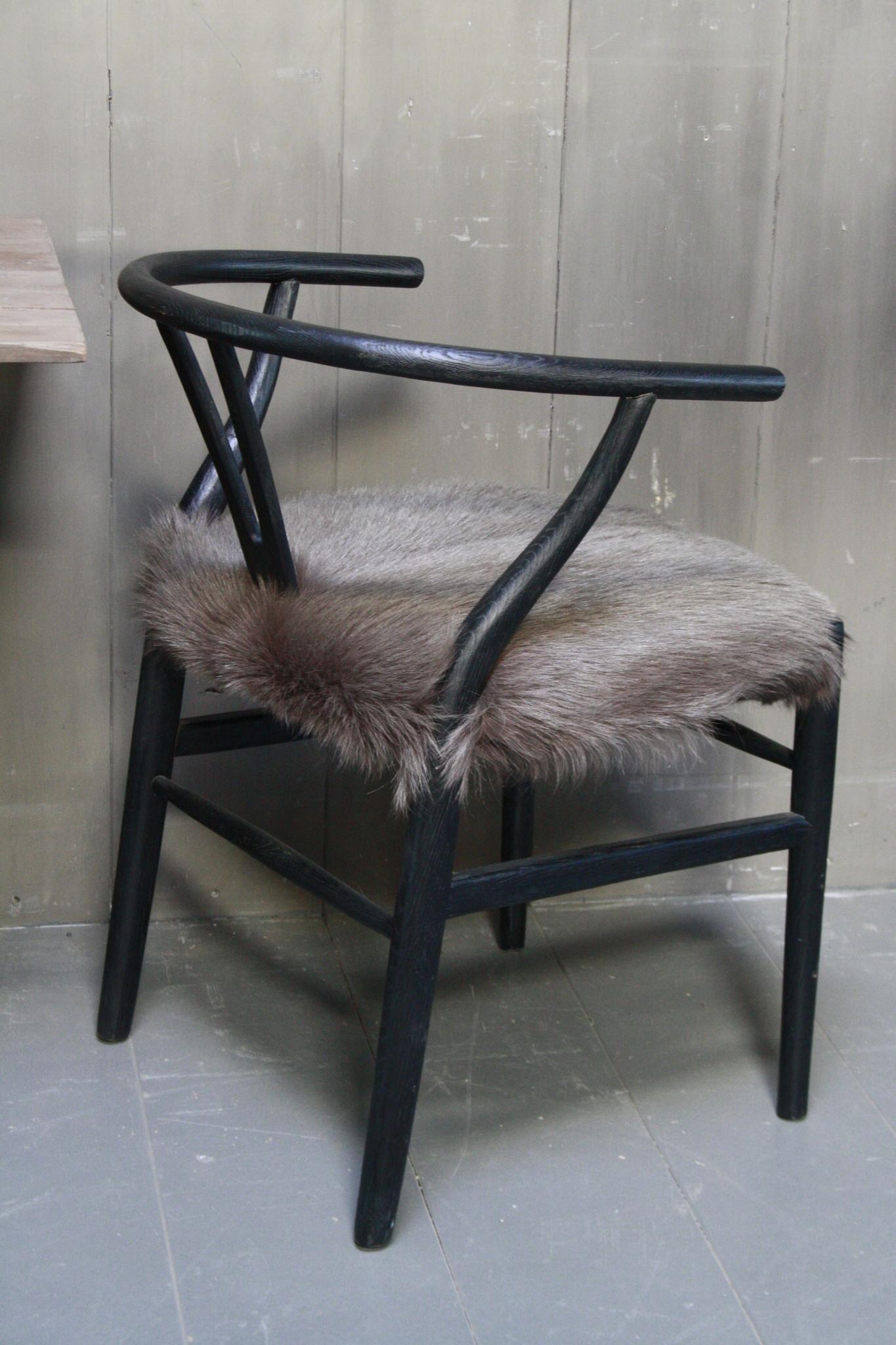 Houten stoel met geitenvacht Donker-3
