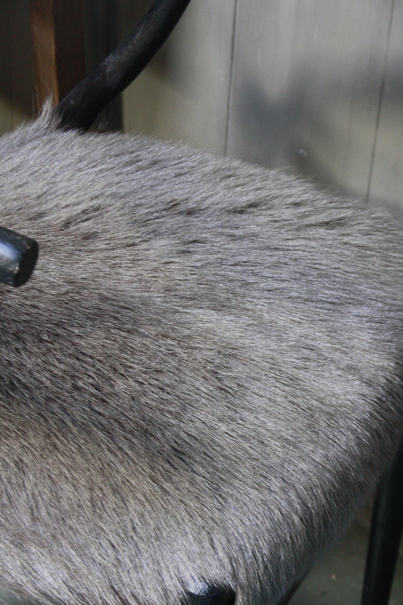 Houten stoel met geitenvacht Donker-6