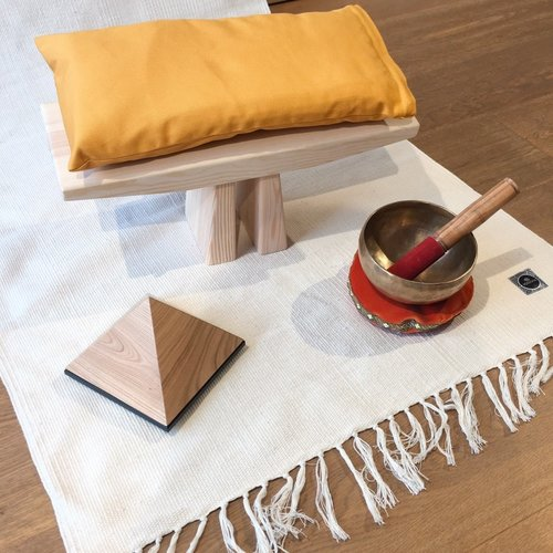 Meditiere bequem auf einer Meditationsbank