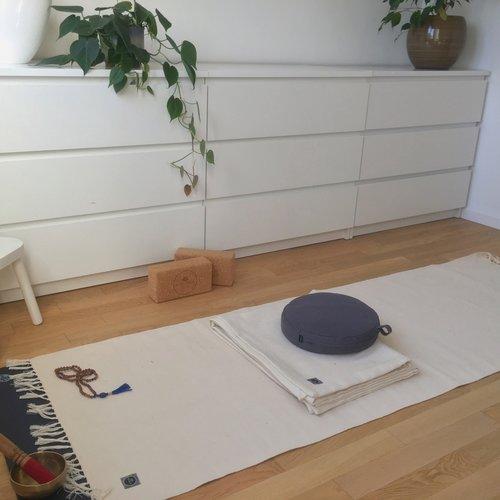 Einen Yoga-Raum für Zuhause schaffen