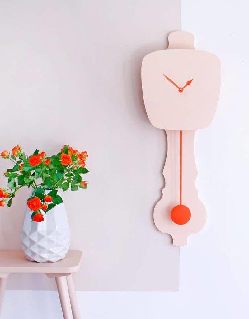 KloQ Roze klok met oranje wijzers & slinger