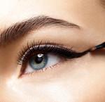 Hoe breng je een vloeibare eyeliner aan?
