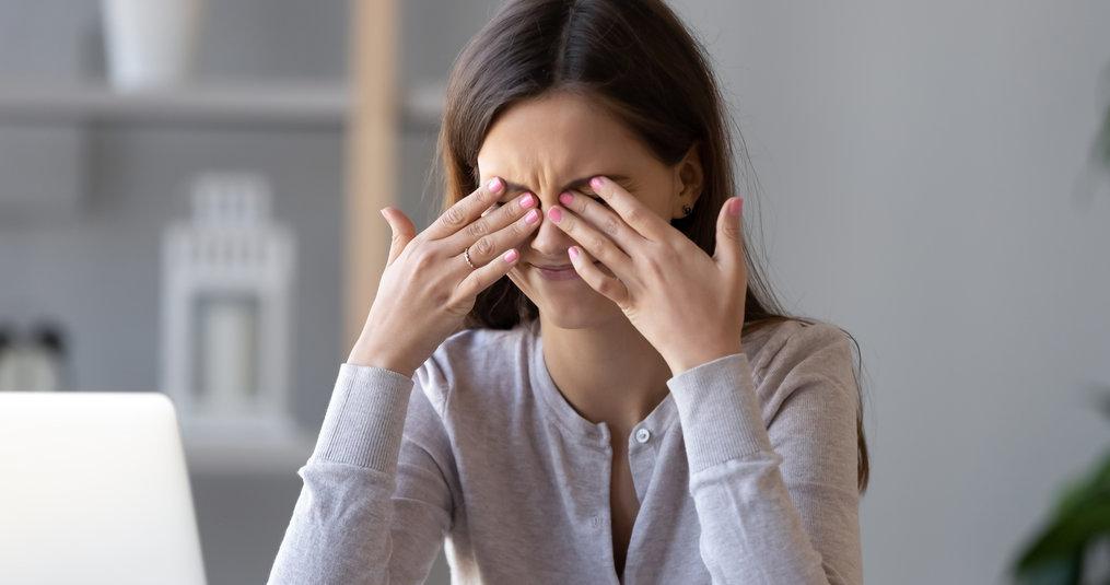 Hoe verberg je kringen en wallen rondom je ogen?